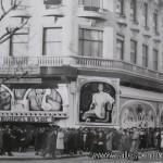 Cinéma Madeleine à Paris: façade du cinéma lors de la projection des Visiteurs du Soir, de Marcel Carné.