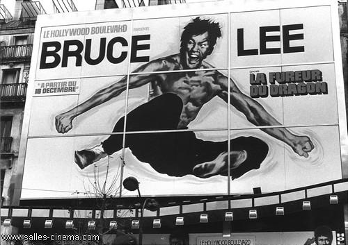 Façade du cinéma Hollywood Boulevard de René Chateau avec l'affiche peinte de Bruce Lee - www.salles-cinema.com