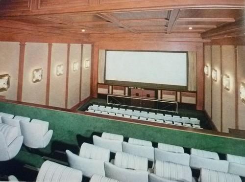 Cinéma Lord Byron sur l'avenue des Champs-Elysées.